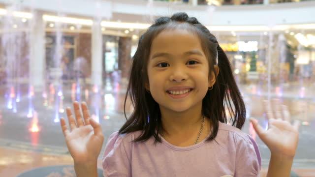Hallo, auf Wiedersehen von asiatischen Mädchen