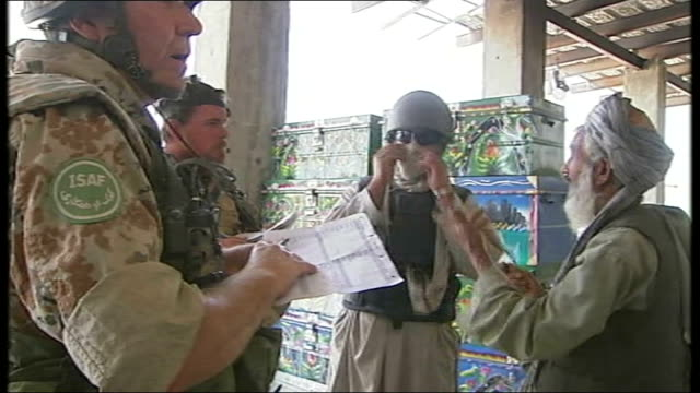 helmand province sangin ext various general views afghan interpreters translating dialogue between british troops and local afghan men british... - 言語翻訳点の映像素材/bロール
