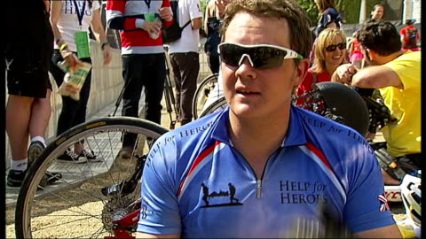 stockvideo's en b-roll-footage met help for heroes paris to london charity cycle ride; england: london: ext various of help for heroes chairty cyclists cycling along the mall past... - festivalganger