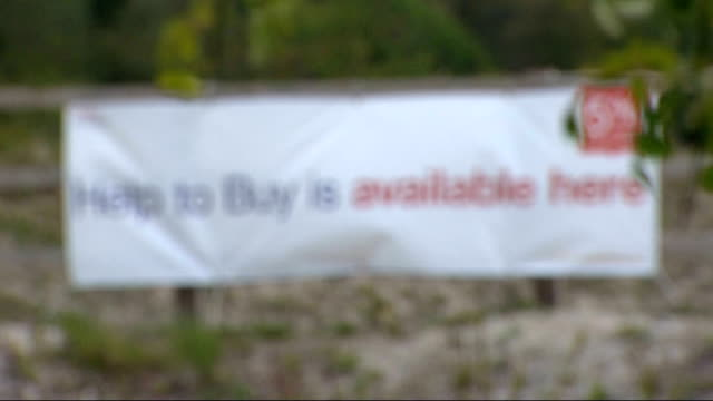 stockvideo's en b-roll-footage met 'help to buy' has helped 6000 people r20051322 / chinnor 'help to buy is available here' banner on fence - oxfordshire