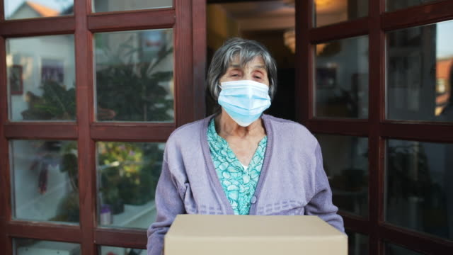 vídeos y material grabado en eventos de stock de ayuda a los ancianos - caja