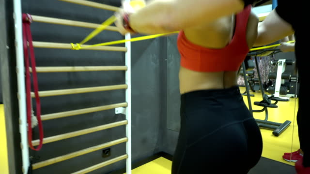 helping at practice - sbarra da ginnastica video stock e b–roll