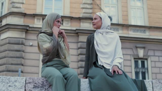 vídeos de stock, filmes e b-roll de mão amiga para lenço - vestuário modesto
