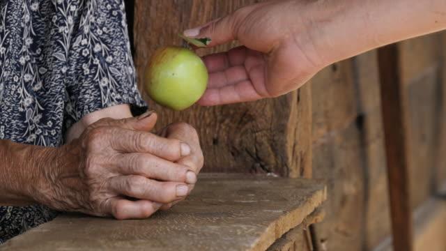 vídeos de stock e filmes b-roll de a helping hand - artrite
