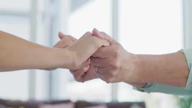 vídeos y material grabado en eventos de stock de ayudar a las manos está curando las manos - agarrados de la mano