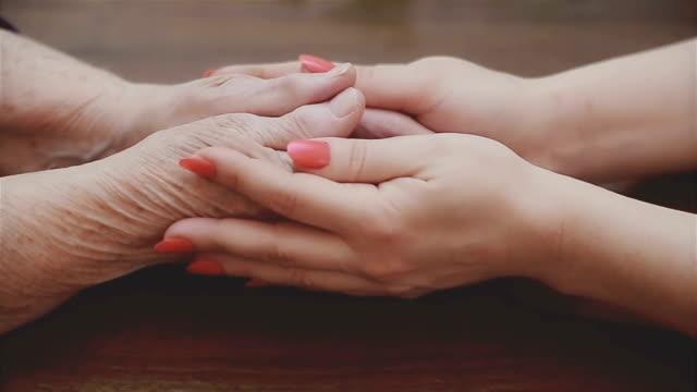 vídeos de stock, filmes e b-roll de ajudando as mãos, cuidados para os idosos conceito - processo de envelhecimento