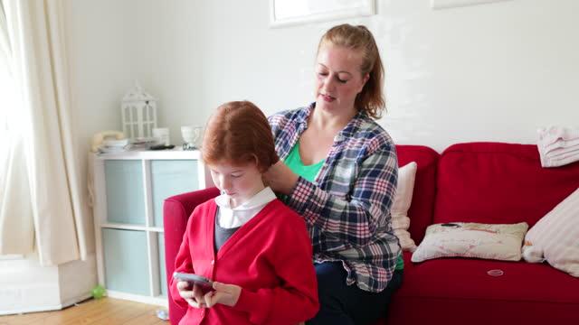 私の娘を助ける - 髪をブラシでとく点の映像素材/bロール