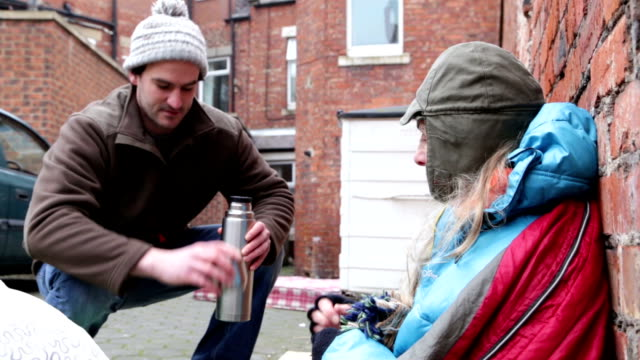 stockvideo's en b-roll-footage met helpen de daklozen - sociale kwesties