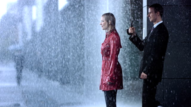 stockvideo's en b-roll-footage met helping umbrella - romance