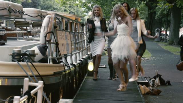 vídeos y material grabado en eventos de stock de gallina fiesta en dublin - despedida de soltera