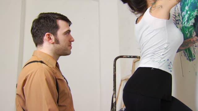 vidéos et rushes de henchman et faire tatouer artiste baiser ws - embrasser sur la bouche