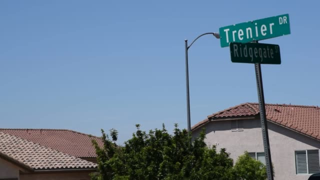 henderson, nv two men are dead after a shooting inside a car that crashed into a henderson home early tuesday. police responded to reports of a... - ネバダ州クラーク郡点の映像素材/bロール
