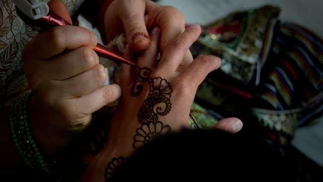 vídeos y material grabado en eventos de stock de tatuaje de henna - brazo humano