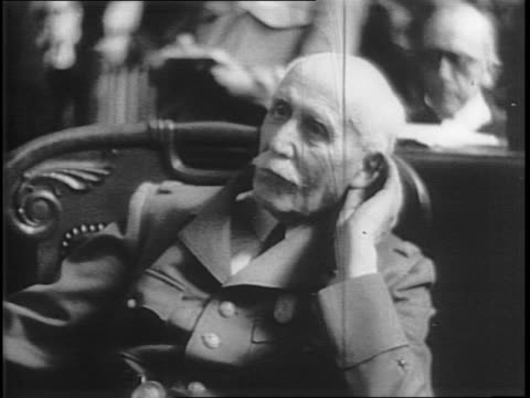 vídeos de stock e filmes b-roll de henri philippe petain sitting in the courtroom / petain's hands nervously rolling a paper / petain's hat and gloves on a table / witnesses in the... - enfeites para a cabeça