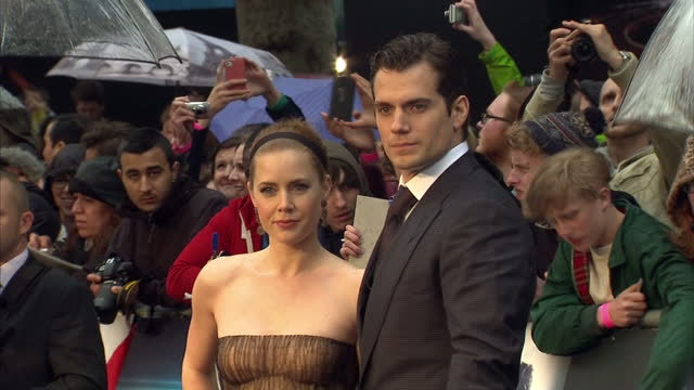 vídeos y material grabado en eventos de stock de henry cavill and amy adams pose for photo op on red carpet of premiere of new supermen film man of steel in leicester square henry cavill and amy... - superman superhéroe