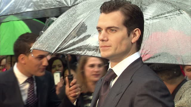 vídeos y material grabado en eventos de stock de henry cavill posing for photo op on red carpet of new superman film man of steel in leicester square henry cavill photo op on red carpet at leicester... - superman superhéroe