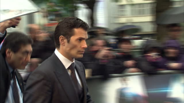 vídeos y material grabado en eventos de stock de henry cavill walking red carpet and signing autographs at the london premiere of superman film man of steel at leicester square henry cavill signing... - superman superhéroe