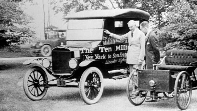 henry ford standing with the ten millionth ford car produced / written on side of car the ten millionth ford new york to san francisco lincoln... - フォード・t型モデル点の映像素材/bロール