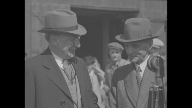 henry ford with group of men in front of the ford building under construction on the grounds of the world's fair / rufus c. dawes, head of world's... - ヘンリー・フォード点の映像素材/bロール