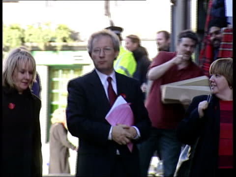 henry mcleish resigns as first minister itn edinburgh scottish parliament int scottish msp tom mccabe announcing to chamber the resignation of henry... - politische gruppe stock-videos und b-roll-filmmaterial