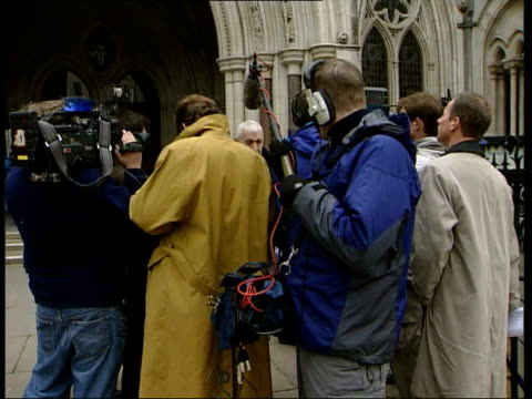 hepatitis c sufferers win compensation; itn england: london ext paul saxon with actor & hepatitis sufferer timothy pearce towards from court press... - rnaウイルス点の映像素材/bロール