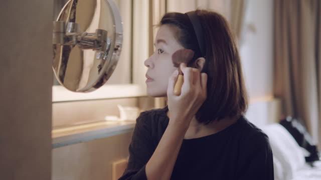 vidéos et rushes de sa beauté amélioration de routine - pinceau à blush