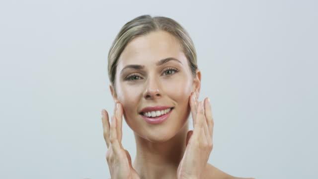 vídeos de stock e filmes b-roll de her complexion is absolute perfection - máscara facial