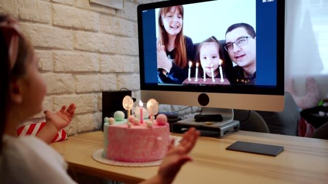 hennes första födelsedagsfirande utan vänner becouse av coronavirus pandemi - party social event bildbanksvideor och videomaterial från bakom kulisserna