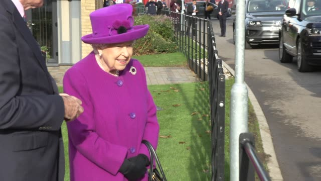 vídeos de stock, filmes e b-roll de her majesty the queen on november 07 2019 in aylesford england - realeza