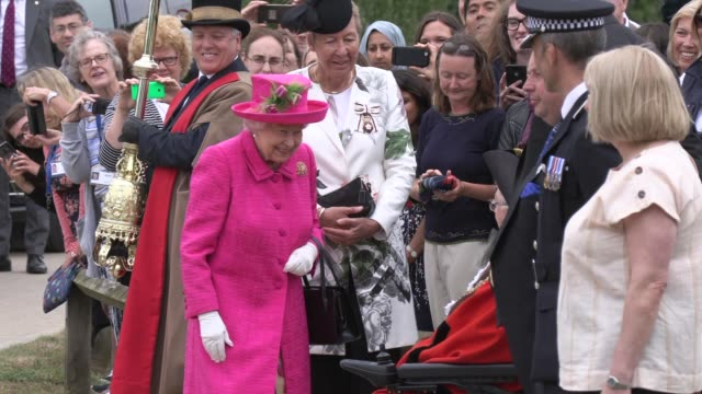 her majesty the queen visits niab park farm on july 09 2019 in cambridge england - königshaus stock-videos und b-roll-filmmaterial
