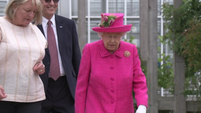 vídeos de stock, filmes e b-roll de her majesty the queen visits niab park farm on july 09 2019 in cambridge england - realeza