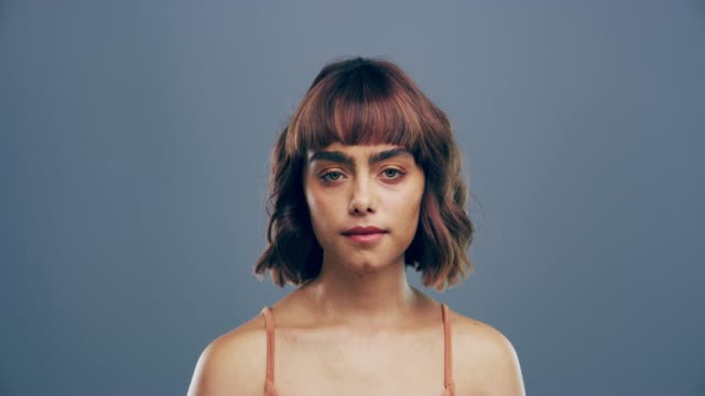 vídeos de stock e filmes b-roll de her optimism glows wherever she goes - visão frontal