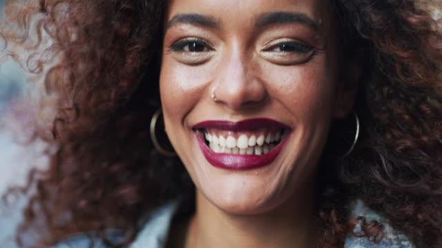 ihr lächeln erhellt die ganze stadt - langes haar stock-videos und b-roll-filmmaterial