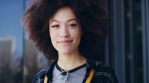 hennes leende säger allt - le bildbanksvideor och videomaterial från bakom kulisserna