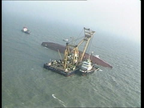 vidéos et rushes de salvage operations continue belgium zeebrugge salvage tug pull out capsized ferry and salvage crane in b/g int boat bv captain openeer of salvage tug... - bow window