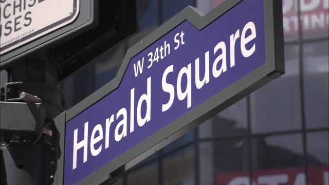 cu, herald square sign, new york city, new york, usa - targa con nome della via video stock e b–roll