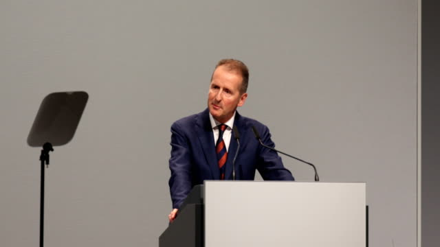 herbert diess, chairman of german automaker volkswagen ag, speaks at the company's annual shareholders' meeting on the subject of electro mobility on... - ordförande bildbanksvideor och videomaterial från bakom kulisserna