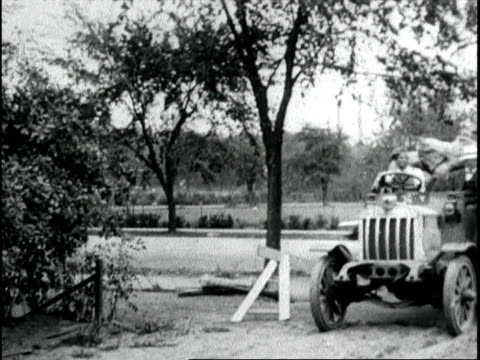 vídeos de stock e filmes b-roll de herbert hoover food dictator inspects the first corn of the new harvest to arrive in washington herbert hoover inspects corn on june 01 1918 in... - presidente dos eua