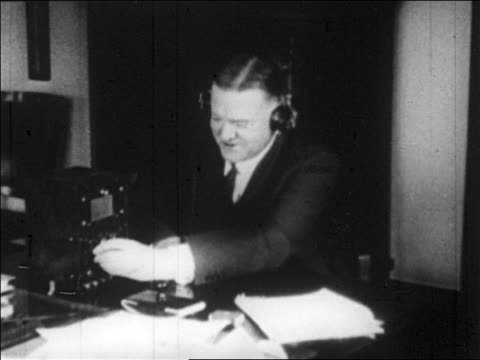 herbert hoover in headphones adjusting knobs on early radio - einzelner mann über 30 stock-videos und b-roll-filmmaterial