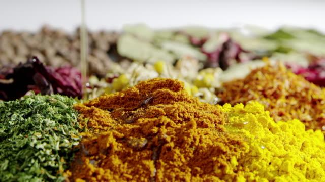 stockvideo's en b-roll-footage met kruiden slowmotion koken van stromende olie voedsel ingrediënt smakelijke kruiden - curry powder
