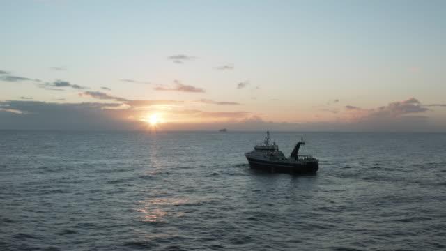 stockvideo's en b-roll-footage met hier fishy fishy fishy... - vissersboot