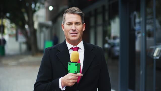 vídeos de stock, filmes e b-roll de aqui para trazer as notícias diárias - jornalista