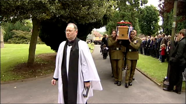 herefordshire: bromyard: ext british soldiers carrying coffin of rifleman william aldridge to church - herefordshire bildbanksvideor och videomaterial från bakom kulisserna