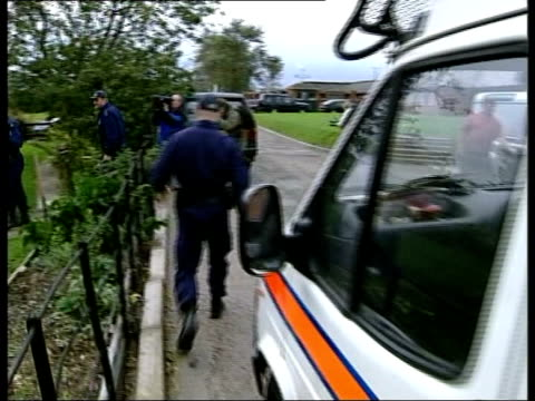 ledbury: bv police officers away from van to search the home of holliday track clean feed tape = d0508961 or d0508962 00:00:47:00 - 00:05:02:00... - herefordshire bildbanksvideor och videomaterial från bakom kulisserna