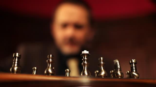vídeos de stock, filmes e b-roll de herói de peças de xadrez, o mordomo observa ele - mordomo equipe doméstica