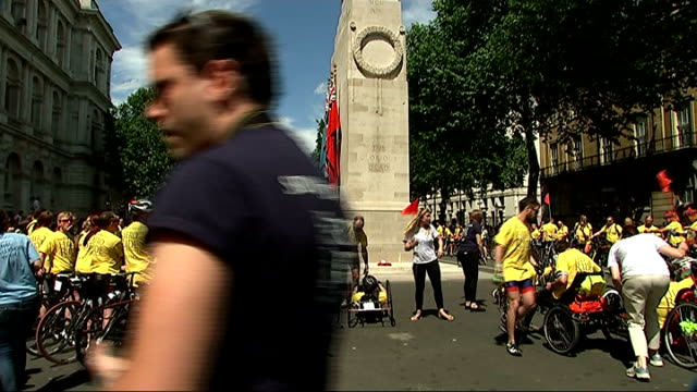 vidéos et rushes de 'hero ride' help for heroes charity cyclists converge in london; england: london: whitehall: cenotaph: ext cyclists gathered in road as people... - audience de festival