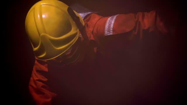 vídeos de stock, filmes e b-roll de heroes: acidentes e desastres - poeira