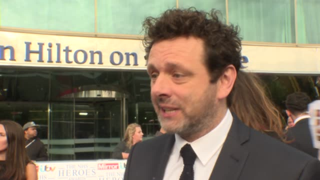 heroes awards 2018: red carpet arrivals; england: london: park lane hilton: nhs heroes awards 2018: ext michael sheen red carpet interview/ tina... - michael sheen bildbanksvideor och videomaterial från bakom kulisserna
