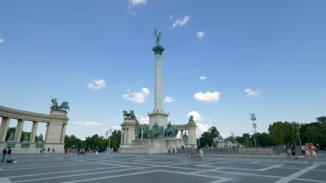 heroes square, budapest - statuetta video stock e b–roll