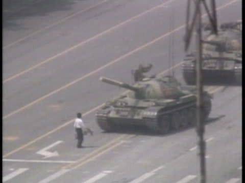 vídeos y material grabado en eventos de stock de heroic chinese student stands in front of military tanks. - tanque